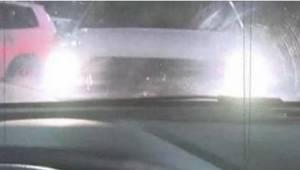 Hvis du ser en bil med tændte lygter foran dig på parkeringspladsen, så stik af!