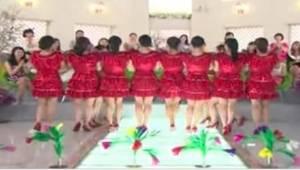 Kvinderne i røde kjoler stillede op på række. Det, der skete et øjeblik senere,