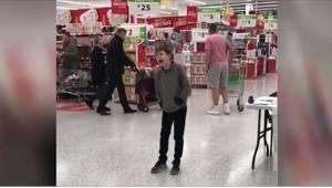Den måde, denne 10-årige autistiske dreng sang på i supermarkedet, skabte en ste