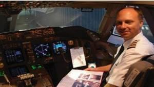 En kvinde forærede piloterne en pakke kager. De spiste dem med stor fornøjelse,