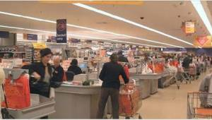 En fremmed kvinde tog hendes barn fra supermarkedet. Hvad hun sagde, frøs hendes