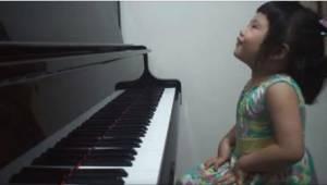 Mor bad sin 3-årige datter om at spille noget for hende. Hendes præstation er al