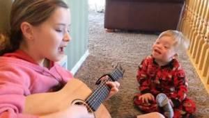 Den 2-årige med Downs Syndrom taler med besvær, men da hans søster begynder at s