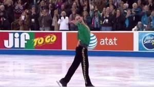 Kunstskøjteløberen udfører Riverdance på isen og modtager en stående ovation!