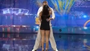 Parret står afslappet på scenen og betragter roligt hinanden, men et øjeblik sen