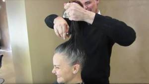 Hun ville ikke længere farve de grå hår, så frisøren fik en genial ide.