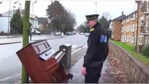 Ved synet af et klaveret dumpet på gaden, nærmede en politimand sig for at se om