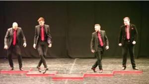 4 drenge starter deres irske dans, men så kommer den femte op på scenen. Alt ænd