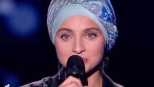 Den unge pige dukkede op i den franske udgave af The Voice. Et øjeblik senere ve