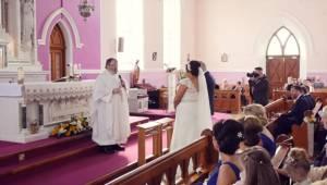 Hen imod slutningen af brylluppet var det meningen, at præsten skulle synge, men
