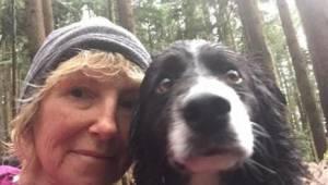 Kvinden var ude for en ulykke i skoven. I tre dage holdt hendes hunde hende i li