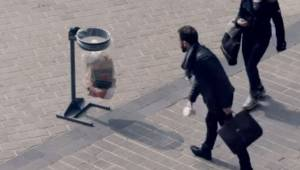 Da manden samlede et tomt krus op fra gaden, og smed det i papirkurven, havde ha