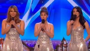 Tre smukke piger dukker op på scenen, men da de begynder at synge, kan dommerne