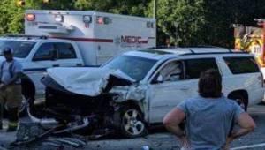 Moren med fire børn i bilen er ude for en ulykke, vender hovedet og ser, hvad he