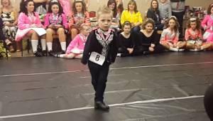 Drengen står fuldt koncentreret midt i salen, da han med sin dans pludselig forb