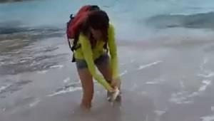 Kvinden hev en lille haj ud af oceanet, og ville tage et billede sammen med den.