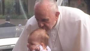Pave Frans kyssede en pige på panden; to måneder senere forbløffede den magnetis