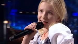Blondinen viser sig på scenen, men det er den måde hun synger på, som overrasker