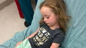Moren bemærkede, at hendes 5-årige datter er paralyseret og ikke i stand til at