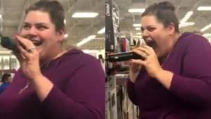 Kvinden i butikken greb fat i mikrofonen til karaokeudstyret. Et øjeblik senere