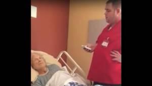 Plejeren går ind i værelset til den døende kvinde på et hospice. Og så gør han n