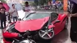 Kvinden mister kontrollen over en Ferrari, nogle få minutter efter at hun for fø