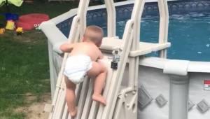 Den toårige kravler langsomt op mod det lukkede bassin. Denne optagelse har ryst