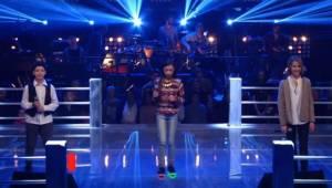 Tre nervøse børn dukker op på scenen og udfører en af Celine Dions melodier. Da