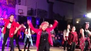 """Eleverne begynder at danse til melodien """"Uptown Funk"""", men stjernen viser sig at"""