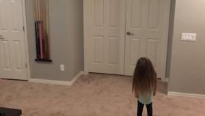 Pigen har lyst til at danse, men da hendes brødre også begynder, bliver deres da