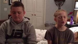 Søskendeparret udfører en bevægende duet, men de ved ikke, at der bag dem gemmer