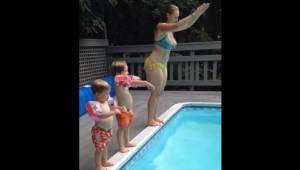 En særdeles underholdende optagelse: Moren viser sine sønner, hvordan man spring