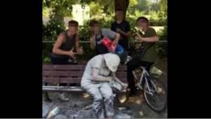 Teenagerne poserer til billeder, umiddelbart efter at de har kastet æg og mel mo
