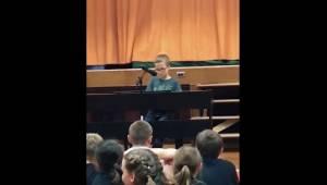 En elev fra 4. klasse udfører sangen til Imagine, og i hele salen er der ikke en