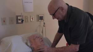 Et rørende øjeblik, da denne 92-årige mand synger for sin døende kone.