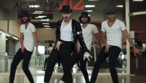 I en helt usædvanlig optagelse danser fire dansere til Michael Jacksons største