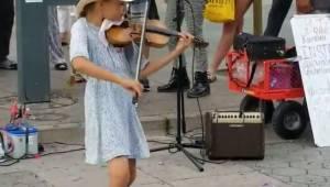 Pigen spiller Despacito på violinen, og der er allerede 100 millioner mennesker,