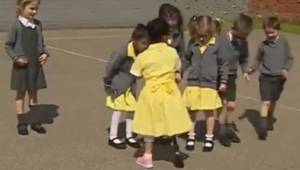 Pigen med benprotese vender tilbage til skolen, og da de ser hende, er hendes ka