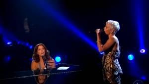 Sarah McLachlan og Pink udfører i fællesskab melodien Angel, og publikum tigger
