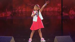 Denne lille piges stemme er så kraftig, at hun har tiltrukket sig seere fra hele