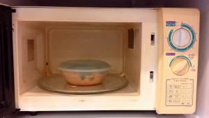 Børnelæger advarer mod at opvarme børnemad i plastikpakninger i mikroovnen.