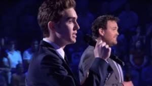 De kæmper med hinanden i et slag om hvem der har den smukkeste stemme. Melodien
