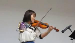 En kvindelig violinist med kun en arm overrasker publikum med sin fremragende op