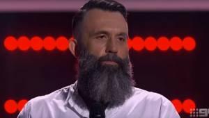 Tilskuerne blev tavse, da en skæget mand kom frem på scenen. Efter 3 sekunder va