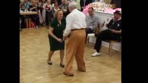 Et ældre par begynder at danse rock and roll. Deres optræden har henrykket milli