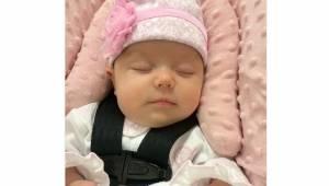 Det blot tre uger gamle spædbarn bliver blålig efter 2 timers kørsel i bilens ba
