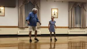 Den 10-årige pige optræder i en duet med sin 72-årige bedstefar. Se blot, hvad d