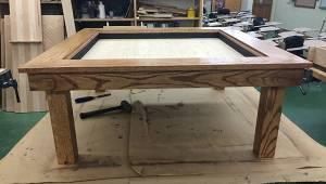 En 15-årig dreng har fremstillet et bord i en skolekonkurrence. Når man ser det
