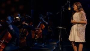 Med støtte fra et helt symfoniorkester gennemfører den 16-årige en af de smukkes