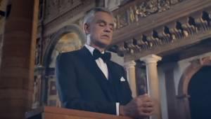 Andrea Bocelli synger Ave Maria i en tom kirke, men se blot på de mennesker, som